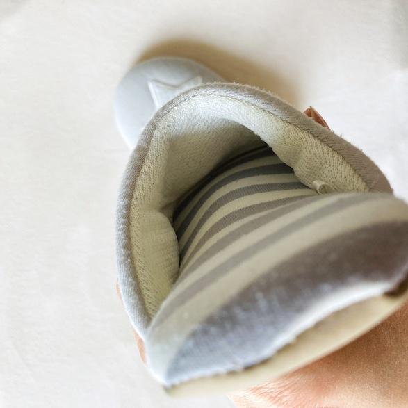 ソール部分にふかふかと厚みがあるので、足の裏にフィットしやすい設計です。
