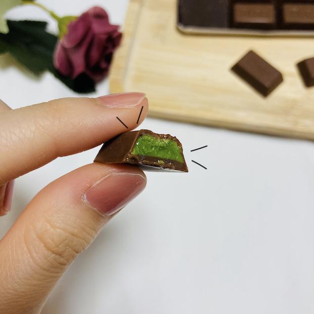 一口食べると、抹茶チョコが登場!