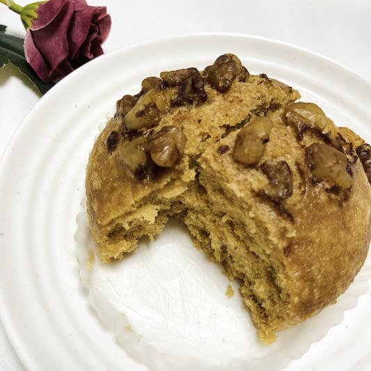 しっとりした蒸しパン生地にカリッとしているくるみの食感がバランスよく、クセになります!