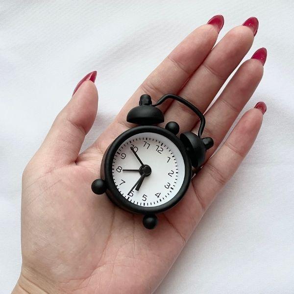手のひらサイズのミニ目覚まし時計