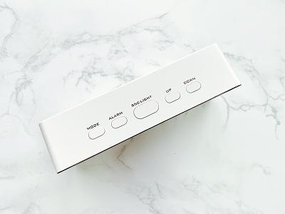 ボタン操作で日時や温度計、アラーム操作ができる!